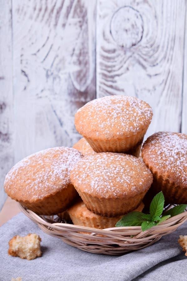 Свежие булочки покрыли с порошком сахара в плетеной корзине стоковые изображения