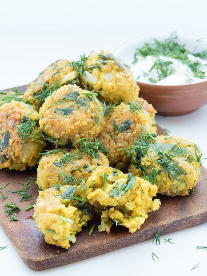 Свежие вегетарианские шарики falafel на разделочной доске стоковые изображения rf