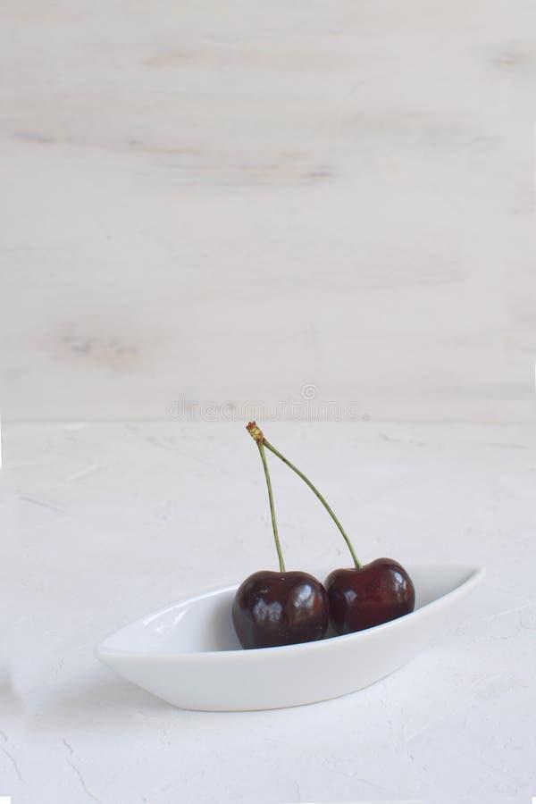 Свежие вишни в белом плоде лета еды потери веса шара фарфора здоровом и концепции ягод жать органические плоды стоковое изображение