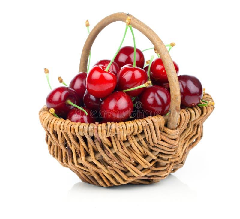 Свежие вишни в плетеной корзине стоковая фотография