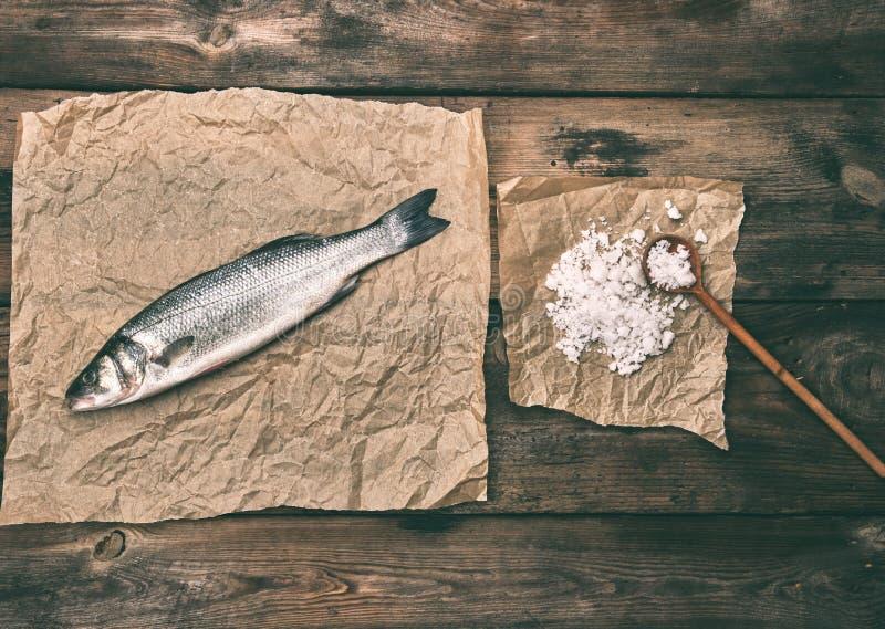 свежие все рыбы морского окуня на коричневой скомканной бумаге стоковое фото