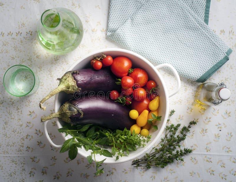 Свежие влажные овощи лета в дуршлаге стоковое изображение rf