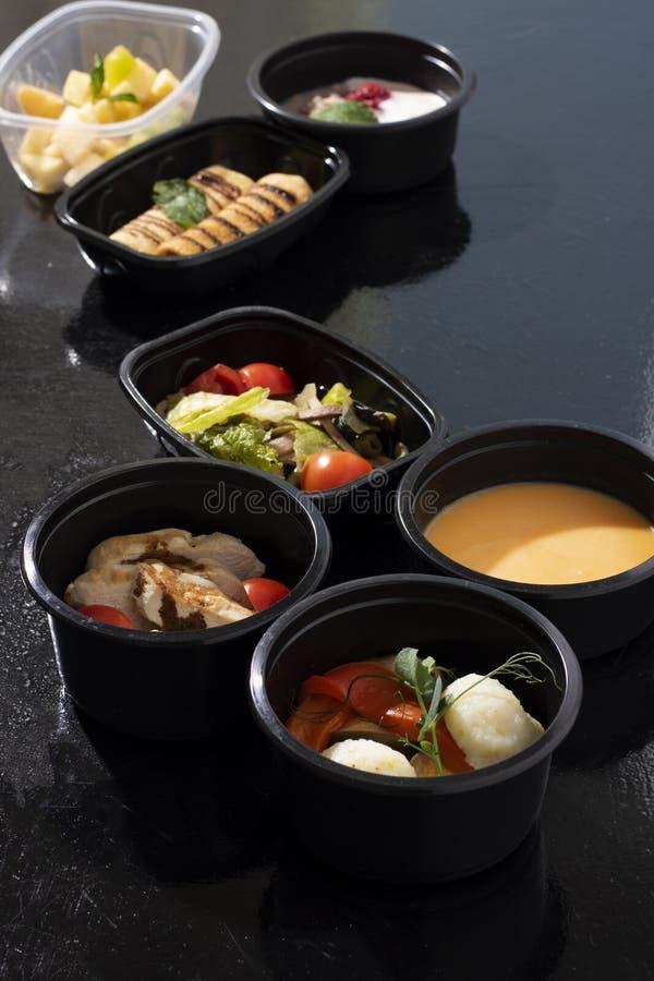Свежие готовые еды в пищевых контейнерах eco, витаминах b, e, магнии, калии, фолиевой кислоте стоковые изображения rf