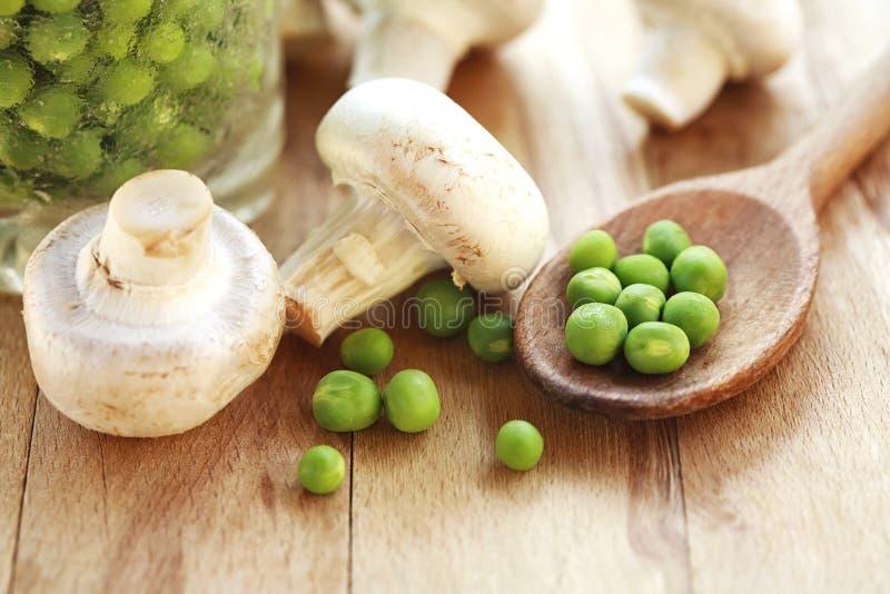 Свежие грибы и горохи стоковые изображения rf