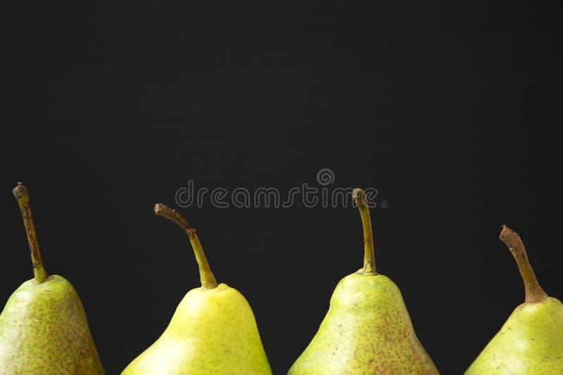 Свежие груши против черной предпосылки, взгляда со стороны Конец-вверх fruits органическо стоковые фото