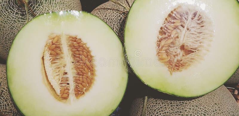 Свежие две половины дыни канталупа для продажи на фруктовом рынке в стРстоковое фото
