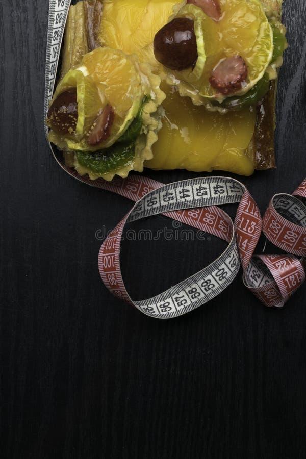 свежие домодельные торты с плодоовощ, абрикосом, виноградиной, апельсином, кивиом на деревянной предпосылке Десерты помадка жизни стоковое фото rf