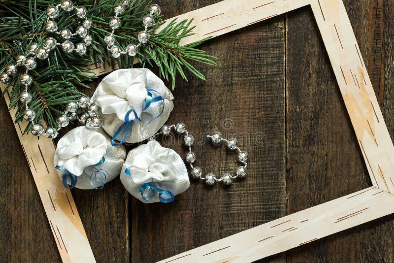 Свежие елевые ветви, рамка и сумки рождества с подарками стоковое фото rf