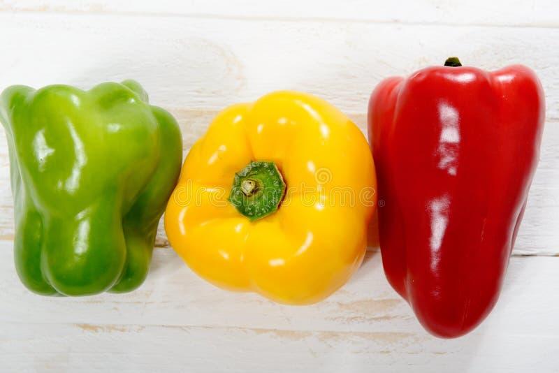 Свежие желтые, красные и зеленые болгарские перцы стоковые фотографии rf
