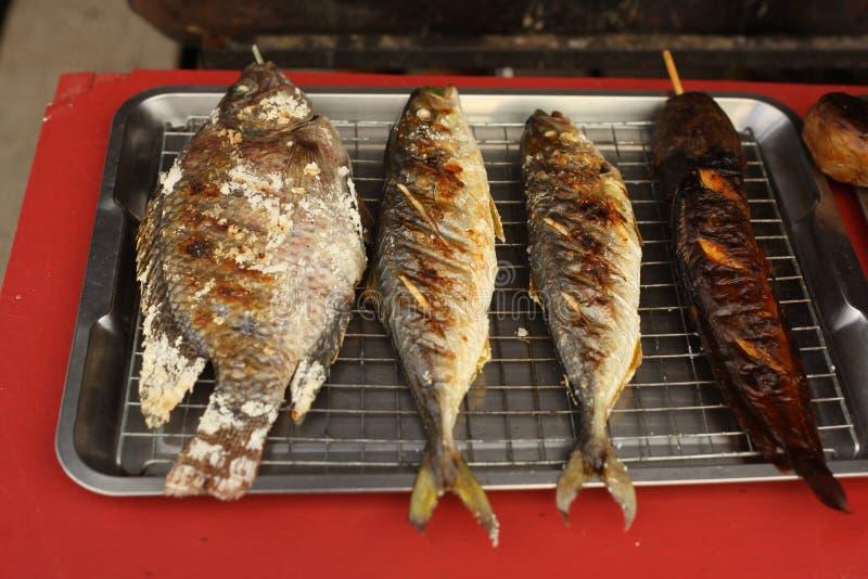 Свежие зажаренные рыбы на подносе для продажи стоковое изображение