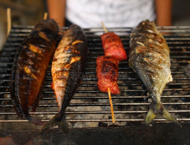 Свежие зажаренные рыбы на подносе для продажи стоковое фото rf