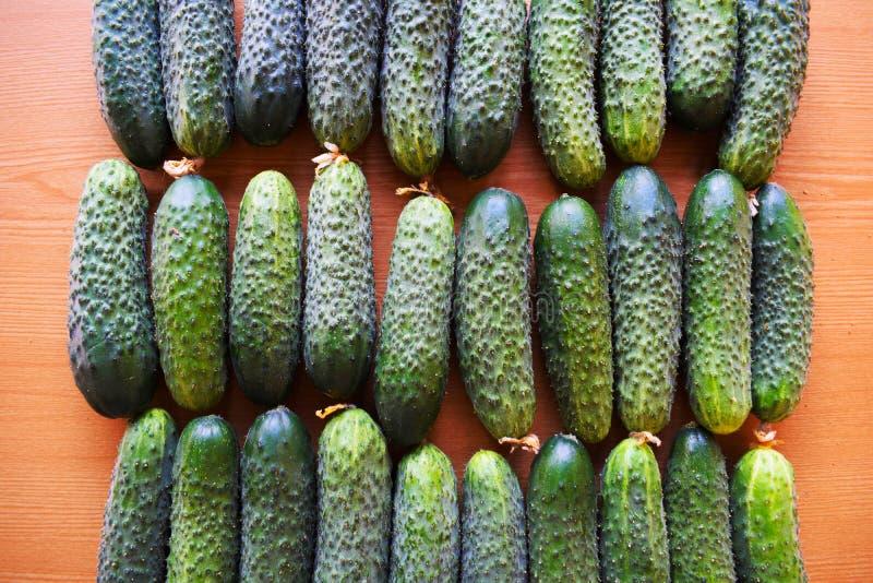 Свежие зеленые огурцы Полезные овощи и еда r Огурец содержит витамины b, a стоковое фото rf