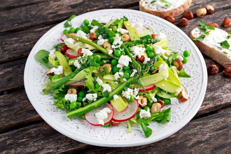 Свежие зеленые козий сыр, горохи, radishe, цукини, салат и фундуки ведьмы салата спаржи стоковая фотография rf