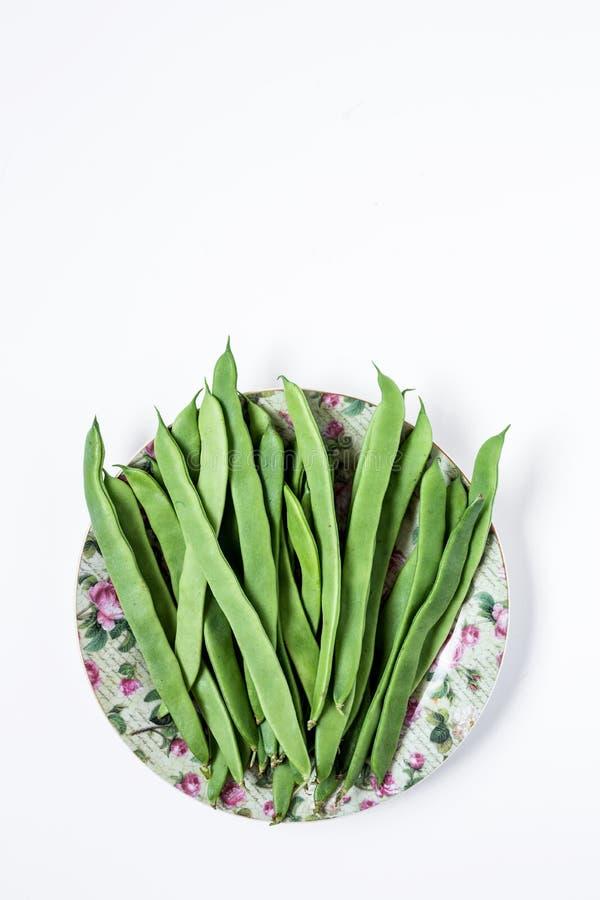 Свежие зеленые фасоли на белой предпосылке стоковое фото rf