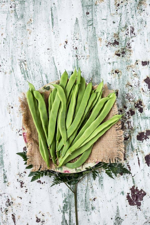 Свежие зеленые фасоли на белой предпосылке стоковые фото