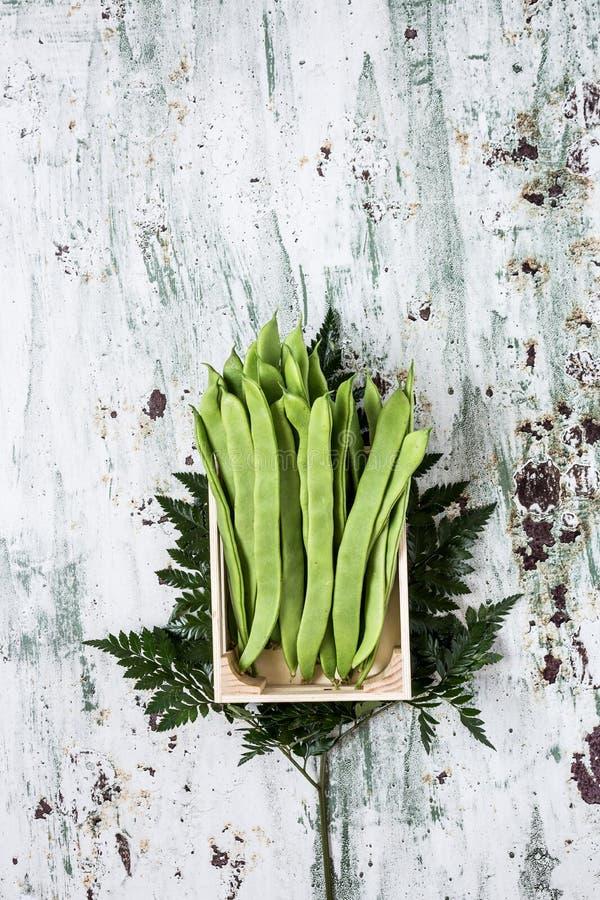 Свежие зеленые фасоли на белой предпосылке стоковое фото