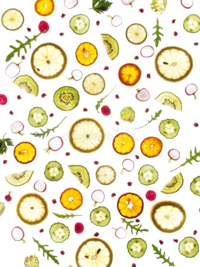 Свежие зеленые цвета летая и плодоовощи, огурец, rucola, огурец, лимон, brussel - ростки, петрушка, стоковое изображение rf