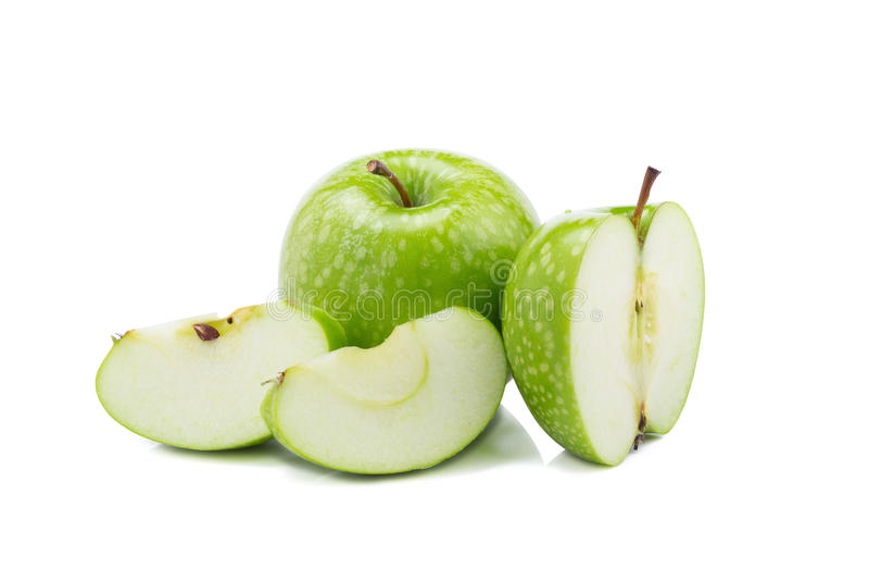 Свежие зеленые яблоки и отрезанное зеленое яблоко изолированные на задней части белизны стоковое фото rf