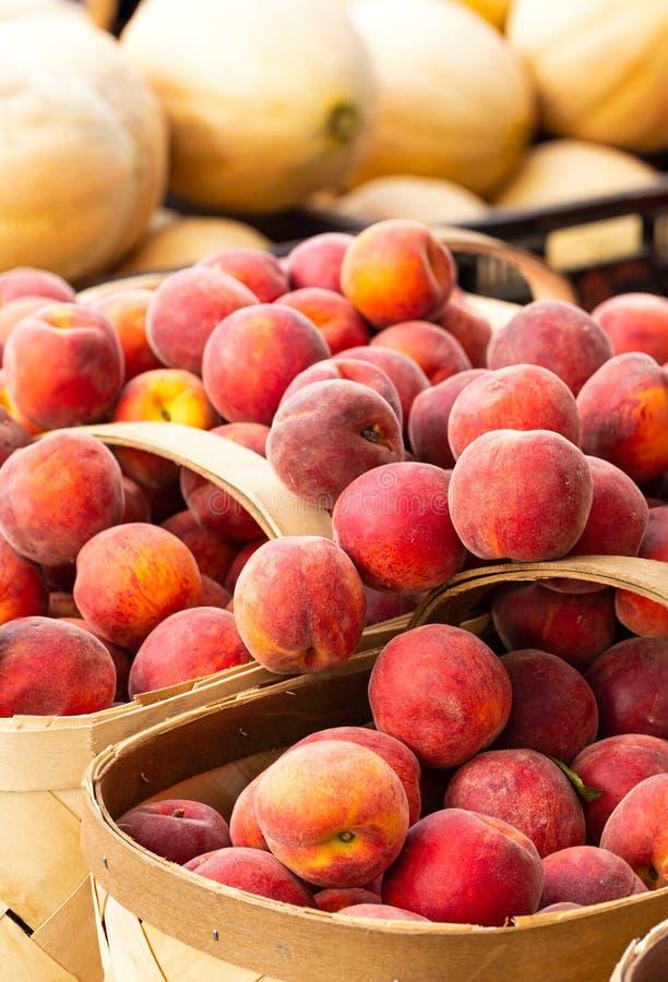 Свежие зрелые желтые персики в корзинах стоковая фотография