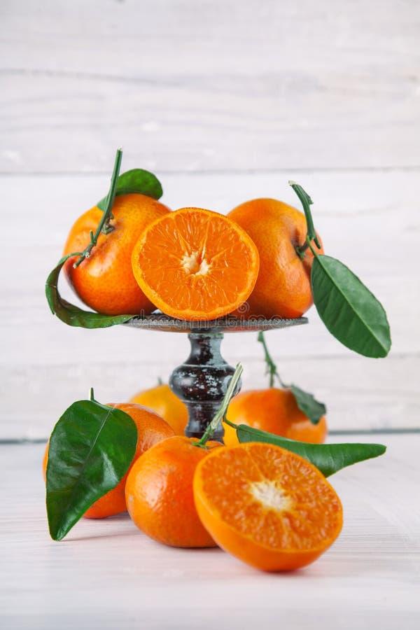 Свежие зрелые tangerines, деревенская фотография еды на белом деревянном кухонном столе плиты стоковые изображения rf