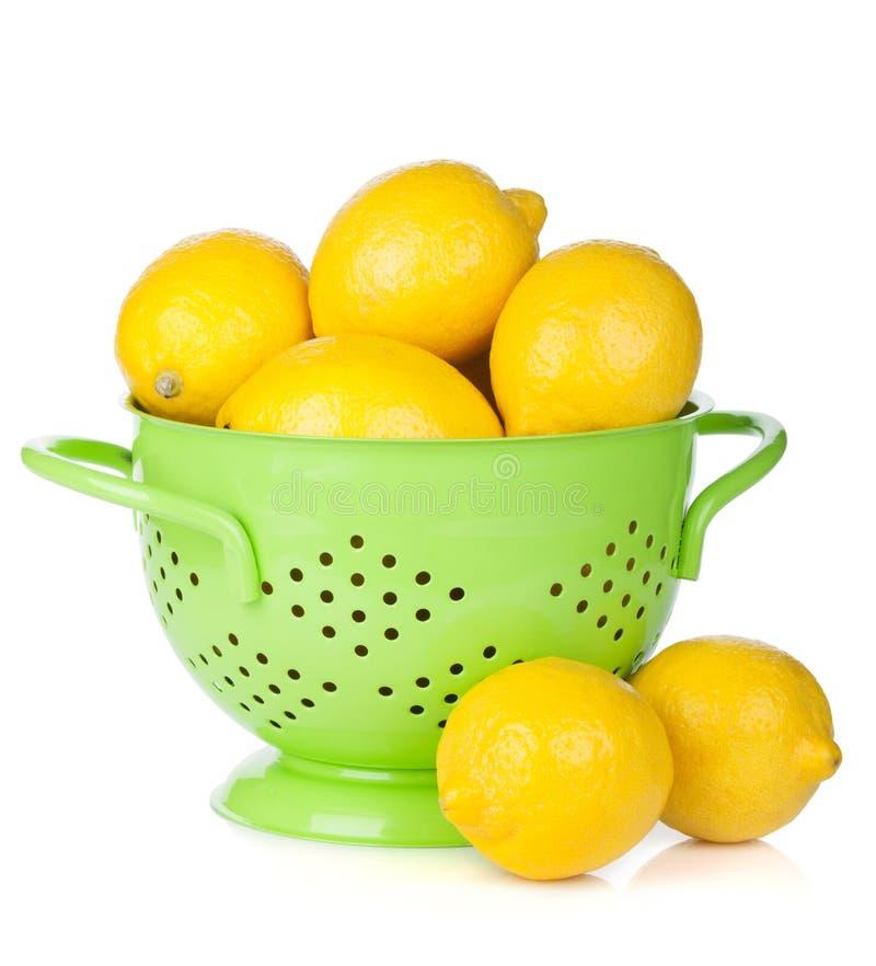 Свежие зрелые лимоны в дуршлаге стоковые фотографии rf