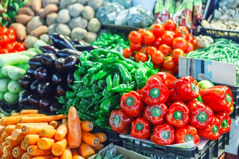 Свежие зрелые овощи на полках в рынке стоковая фотография