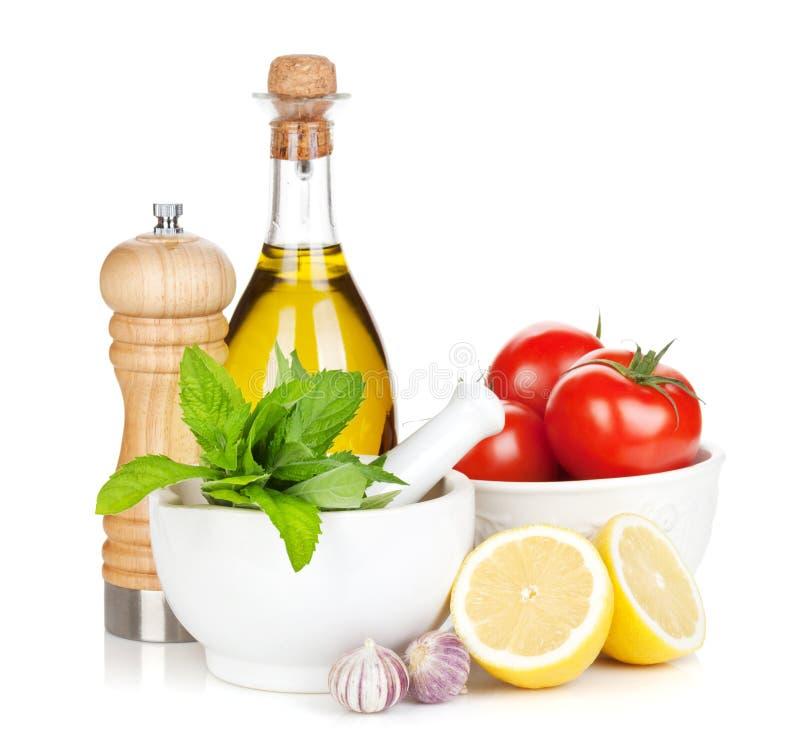Свежие зрелые овощи, condiments и утвари кухни стоковые изображения rf