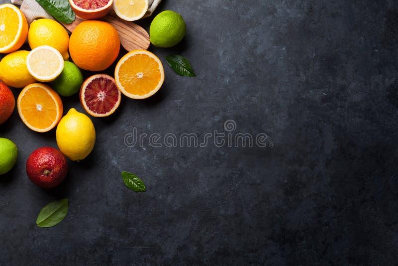 Свежие зрелые цитрусы Лимоны, известки и апельсины стоковая фотография
