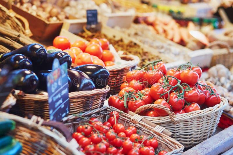 Свежие здоровые био фрукты и овощи на рынке стоковая фотография rf