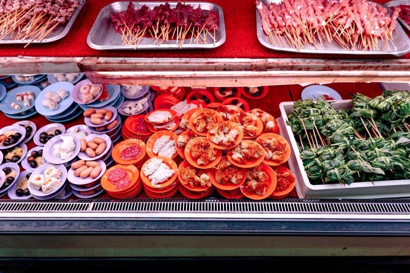 Свежие ингридиенты и морепродукты в блюдах цвета для делать satay стоковые фотографии rf
