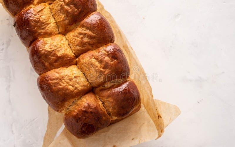 Свежие испеченные вкусные сладостные бриоши, плюшки, хлебцы, французский хлеб изолированный на белой предпосылке стоковые фотографии rf
