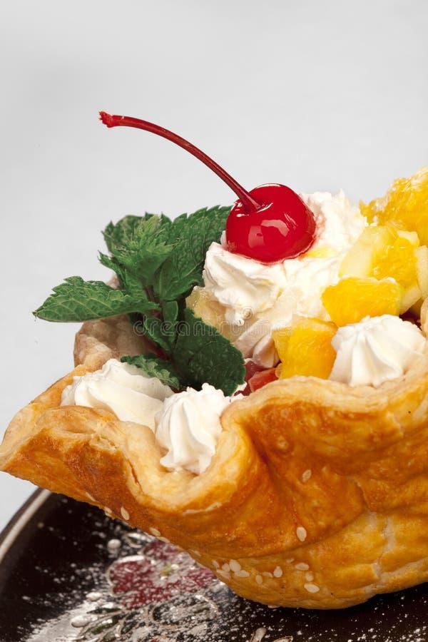 Свежие испеченные домашние сделанные торт корзины и вишня maraschino стоковые изображения rf