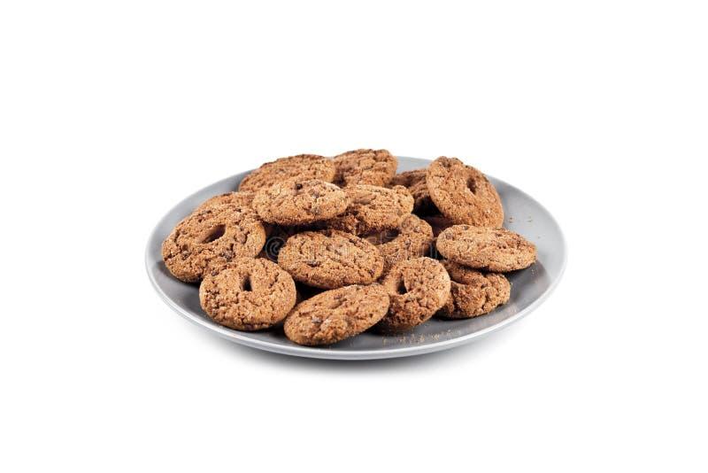 Свежие испеченные печенья обломока шоколада наваливают на серой плите изолированной на белизне стоковая фотография rf