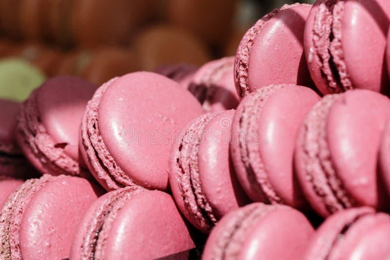 Свежие испеченные розовые macarons для продажи, близко вверх стоковое изображение rf