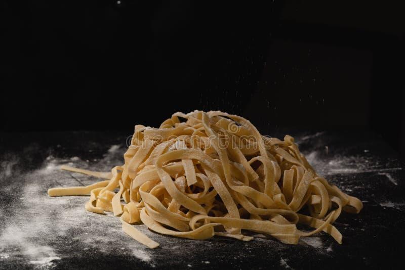 Свежие итальянские сырые домодельные макаронные изделия Руки делая макаронные изделия Спагетти Свежие итальянские спагетти Крупны стоковые изображения rf