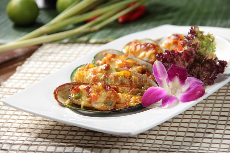 Свежие и вкусные блюда из морепродуктов стоковые изображения