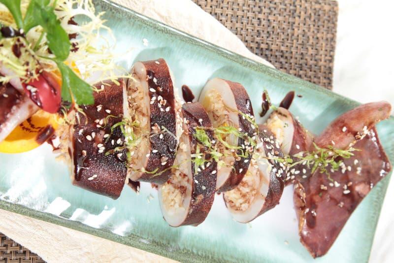 Свежие и вкусные блюда из морепродуктов стоковые фото