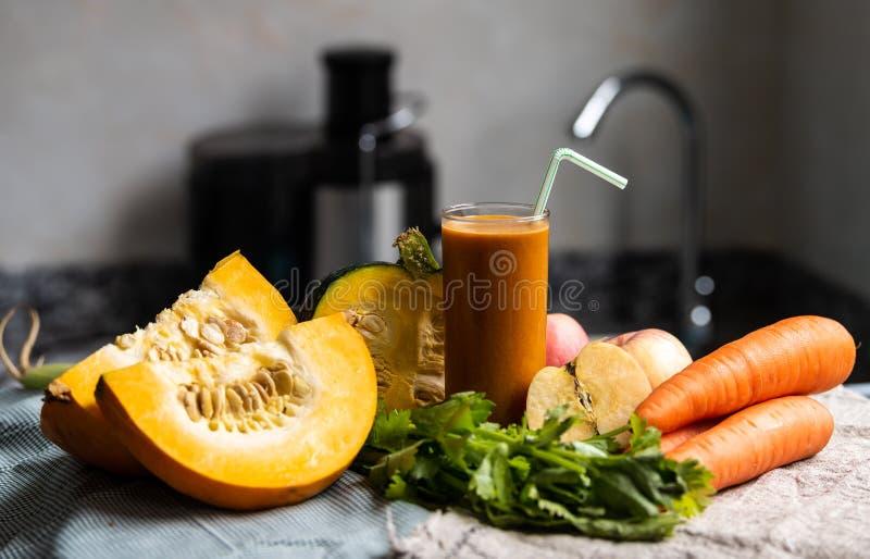 Свежие и зеленые овощи с соком стоковые фото