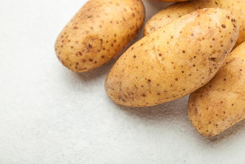 Свежие картошки на белой таблице, пустом космосе для текста стоковые фотографии rf