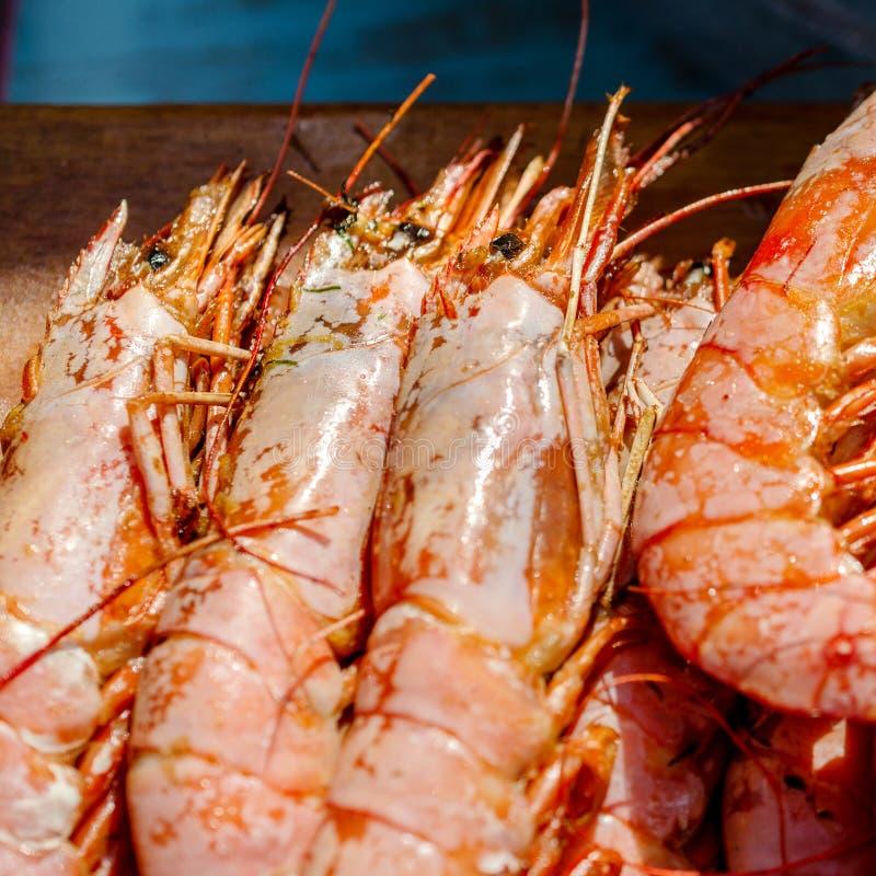 Свежие кипеть креветки или креветка Очень вкусные морепродукты на деревянном bac стоковое изображение rf