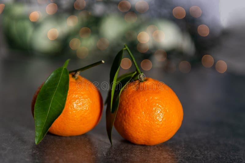 Свежие Клементины или Tangerines со светами Xmas стоковое фото