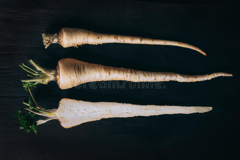Свежие корни петрушки на деревянной разделочной доске стоковое изображение rf