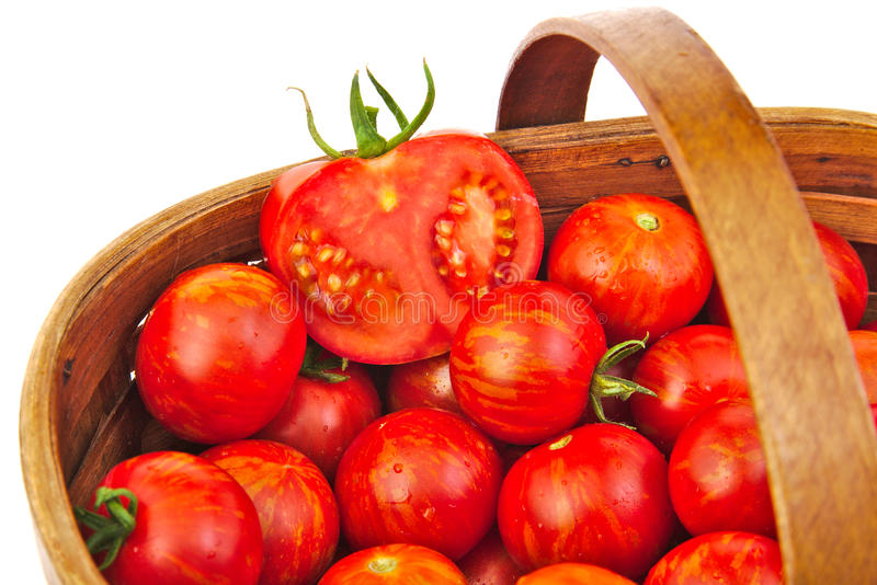 Свежие красные томаты в корзине wicker стоковое изображение rf
