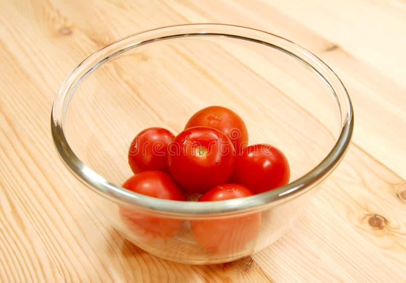 Свежие красные томаты в стеклянном шаре стоковая фотография