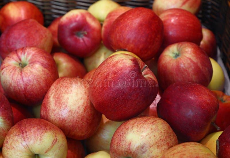 Свежие красные яблоки на конце розничного рынка вверх стоковое фото rf