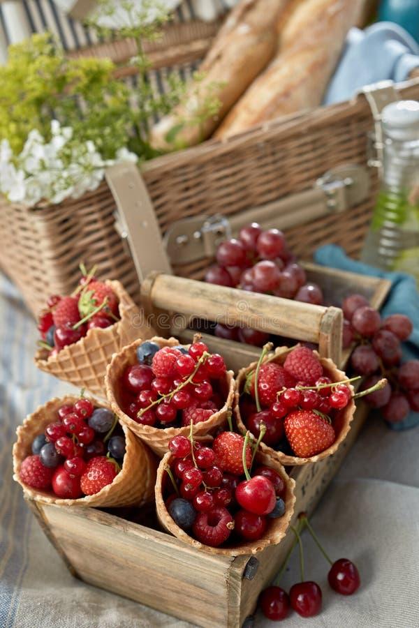 Свежие красные ягоды в конусах мороженого стоковая фотография