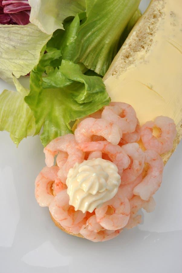 свежие креветки короля и органический салат стоковые фото