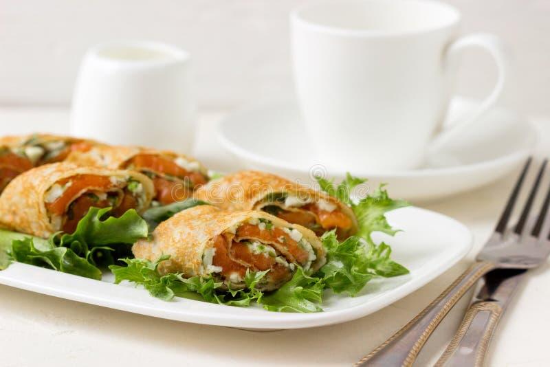 Свежие крены с сыром, красными рыбами и салатом стоковые изображения rf