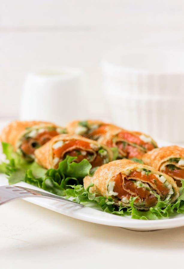 Свежие крены с сыром, красными рыбами и салатом стоковое изображение