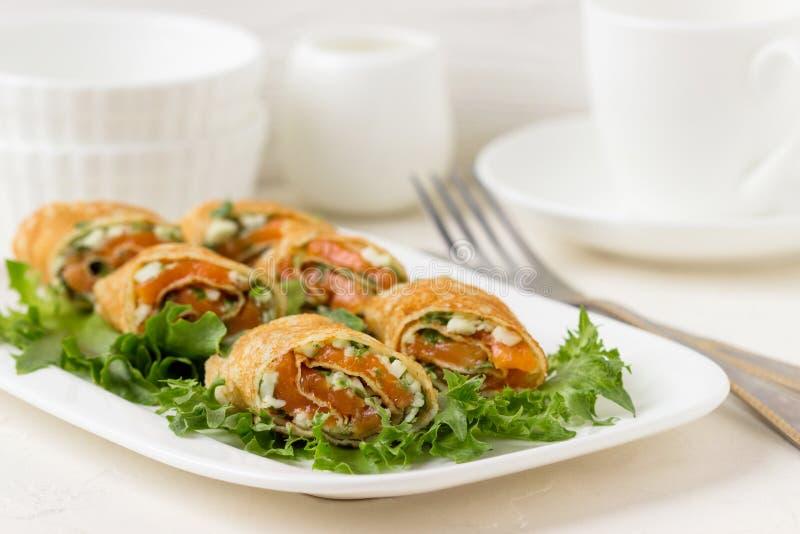 Свежие крены с сыром, красными рыбами и салатом стоковая фотография